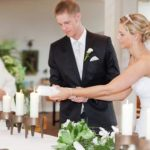 Brautpaar zündet Hochzeitskerze an